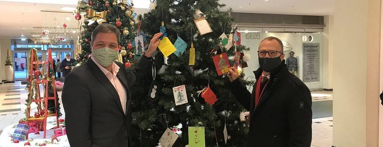 84 Herzenswünsche können vom Wunschweihnachtsbaum in den Rat-hauspassagen gepflückt werden [(c) Stadt Halberstadt/Pressestelle]