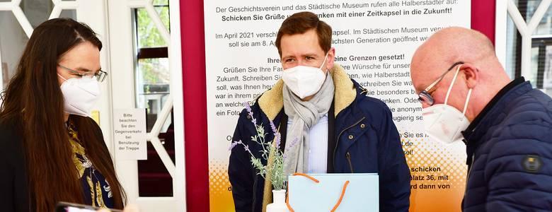Die ersten gebrauchten Impfampullen Deutschlands sind nun zeithistorische Objekte v.l.n.r. Dr. Antje Gornig, Oberbürgermeister Daniel Szarata sowie der Ärztliche Direktor Prof. Dr. Klaus Begall. [(c) Stadt Halberstadt, Pressestelle]