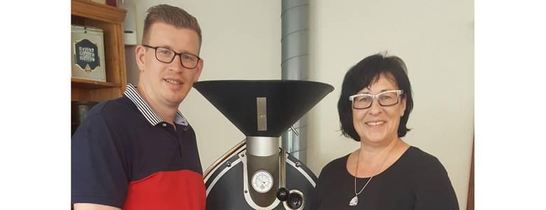 Steven Löper, Inhaber der Kaffeerösterei Löper, und Christiane Strohschneider, Teamleiterin der Halberstadt Information, präsentieren den Schatzkaffe und die Schatzkekse [(c) Bonny Hupe]