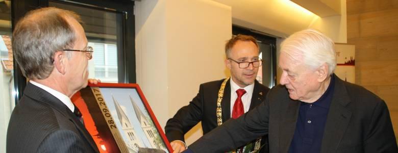 Halberstadts neuer Ehrenbürger Alexander Kluge  freut sich über das Präsent seiner Vaterstadt. [(c) Stadt Halberstadt]