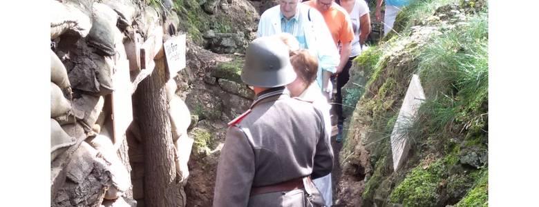 Führung durch die historische Medingschanze - Schützengraben des 1. Weltkrieges - in den Halberstädter Bergen im vergangenen Sommer 2017. [(c) Pressestelle Halberstadt]
