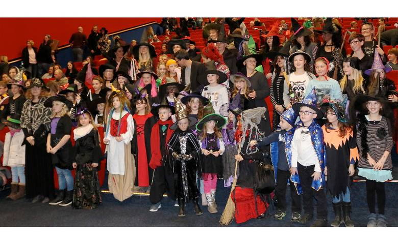 Viele junge und junggebliebene Hexen unterstützten in Halberstadt den Weltrekord. [(c) Gerald Eggert]