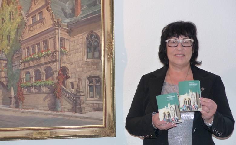 """Christiane Strohschneider, Leiterin der Halberstadt Information, präsentiert die neue Broschüre """"Stadtspaziergänge im Schatzjahr 2018"""". [(c) Stadt Halberstadt, Pressestelle]"""