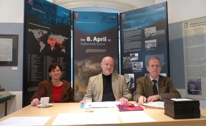 Simone Bliemeister, Armin Schulze und Dr. Volker Bürger stellen die Themen der Ausstellung vor. [(c) Stadt Halberstadt, Pressestelle]