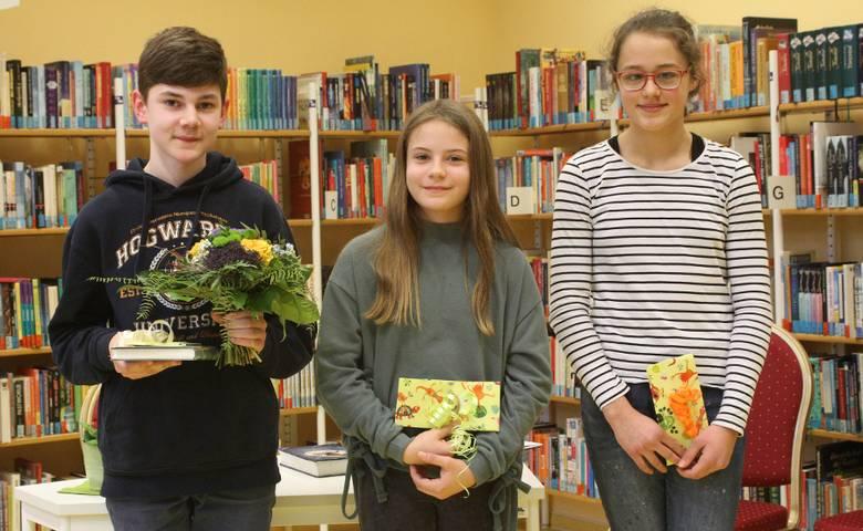 Benni Mai sowie der beiden Mädchen Charlott Hecht und Mädchen Nina Wiekert v.l.n.r. [(c) Kreisvolkshochschule]