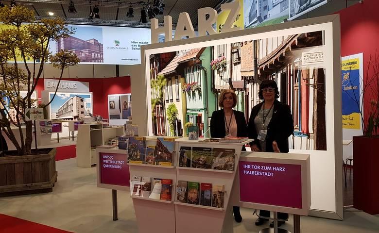 Die Mitarbeiterinnen der Halberstadt Information präsentieren touristische Angebote in Halberstadt [(c) Stadt Halberstadt]