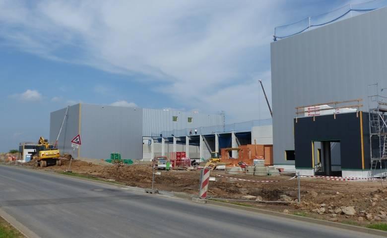 Die HA2 Medizintechnik GmbH erweitert ihr Unternehmen. Im Industrie- und Gewerbepark Ost wird ein weiterer moderner Produktionsbetrieb für die Sterilisation von Medizinprodukten errichtet. Das Foto zeigt den Rohbau. [(c) Stadt Halberstadt, Pressestelle]