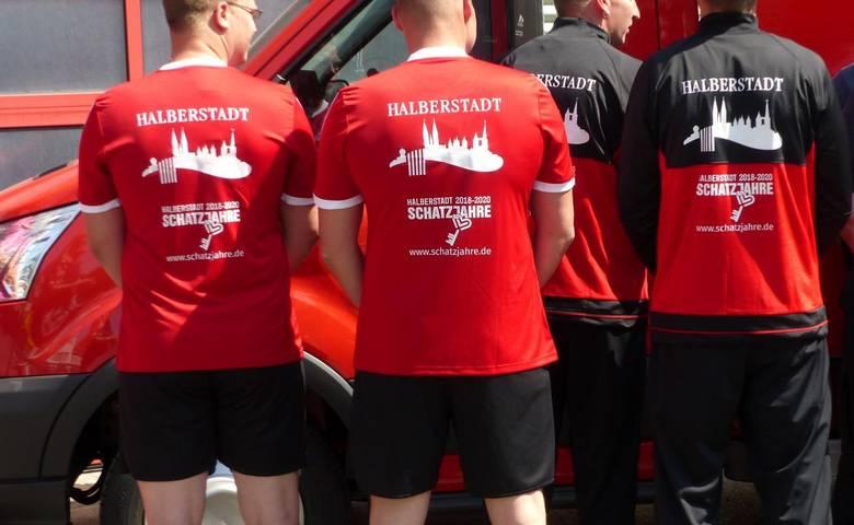 In diesen neuen T-Shirts mit dem Schatzjahre-Logo nimmt das Halberstadt-Team an der Harzer TeamChallenge 2018 teil. [(c) Stadt Halberstadt, Pressestelle]