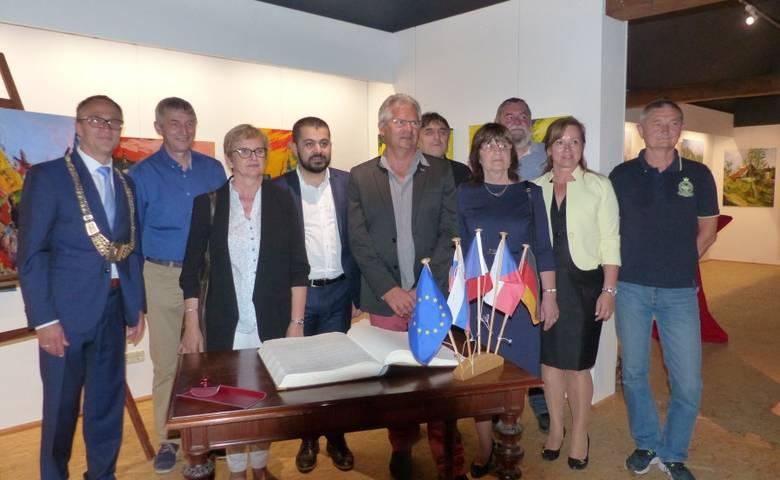 Die Partnerstädte tragen sich in das Goldene Buch der Stadt Halberstadt ein. [(c) Stadtverwaltung Halberstadt/ Pressestelle]