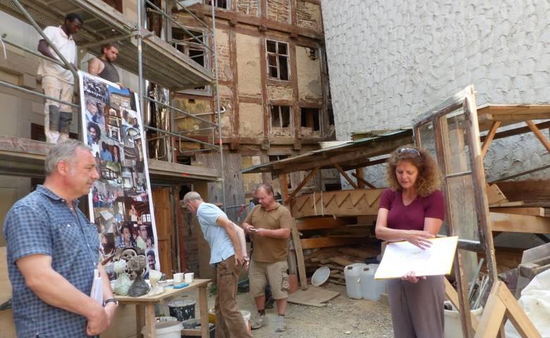 Claudia Hennrich, Geschäftsführerin des Deutschen Fachwerkzentrums Quedlinburg, erläutert dem verantwortlichen Architekten  Rainer Mertesacker (links), die Sanierungsarbeiten am historischen Gebäude Grudenberg 8 in Halberstadt. [(c) Stadt Halberstadt, Pressestelle]