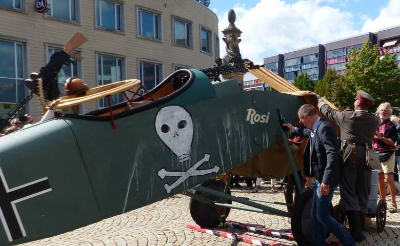 """Flugzeugtaufe - Nachbau einer """"Halberstadt CL IV"""" trägt jetzt den Namen ROSI [(c) Stadt Halberstadt, Pressestelle]"""