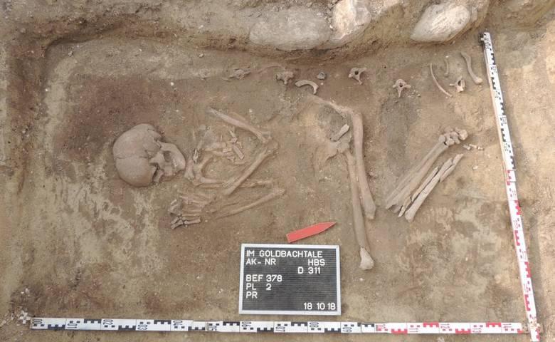 Körpergrab in rechter Hocklage. [(c) Dr. Matthias Sopp, Archäologe, Grabungsleiter im Sonntagsfeld]