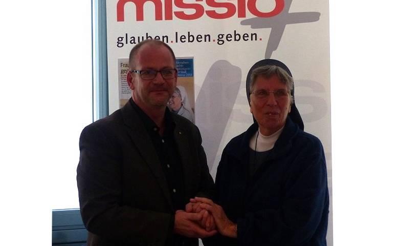 Timo Günther, stellvertretender Oberbürgermeister, begrüßt die Menschenrechtspreisträgerin Lorena Jenal im Rathaus in Halberstadt. [(c) Stadt Halberstadt, Pressestelle]