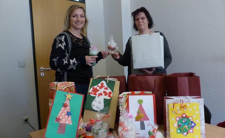 """""""Den Kindern ein Lächeln auf die Lippen zaubern"""" – Anja Schuchmann hat 60 Geschenke für die Wunschweihnachtsbaum-Kinder gebastelt [(c) Stadt Halberstadt/Pressestelle]"""