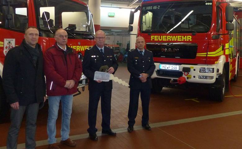 OB Henke übergibt ein Hilfeleistungslöschfahrzeug an die Halberstädter Feuerwehr [(c) Stadt Halberstadt/Pressestelle]