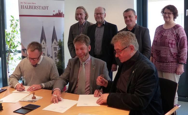 Zentrale Vergabestelle bei der Stadt Halberstadt – Partner unterzeichnen Vereinbarung [(c) Stadt Halberstadt/Pressestelle]