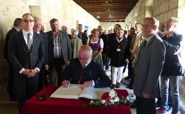 Gäste aus Österreich tragen sich in das Goldene Buch ein [(c) Stadt Halberstadt/Pressestelle]