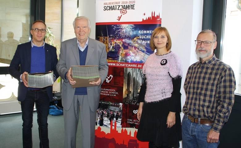 Kammermusikverein übergibt 100 CDs vom Jubiläumskonzert an OB Hen-ke [(c) Stadt Halberstadt/Pressestelle]