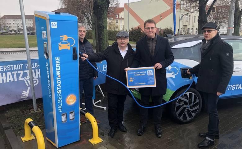 Stromtanken ab sofort an vier Standorten in Halberstadt per Ladekarte oder App möglich [(c) Stadtwerke Halberstadt/Pressestelle]