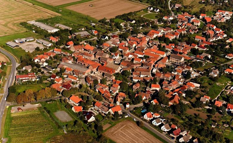 Der Halberstädter Ortsteil Aspenstedt aus der Vogelperspektive. [(c) Falcon Crest Air, 2010]