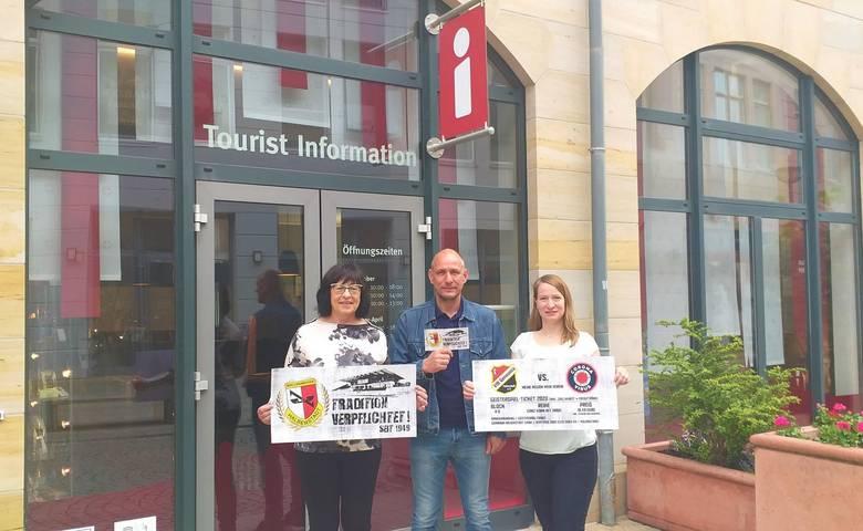 Der Präsident des VfB Germania Halberstadt übergibt stolz das Geisterspiel -Ticket an die Tourist Information Halberstadt [(c) Christian Mokosch]