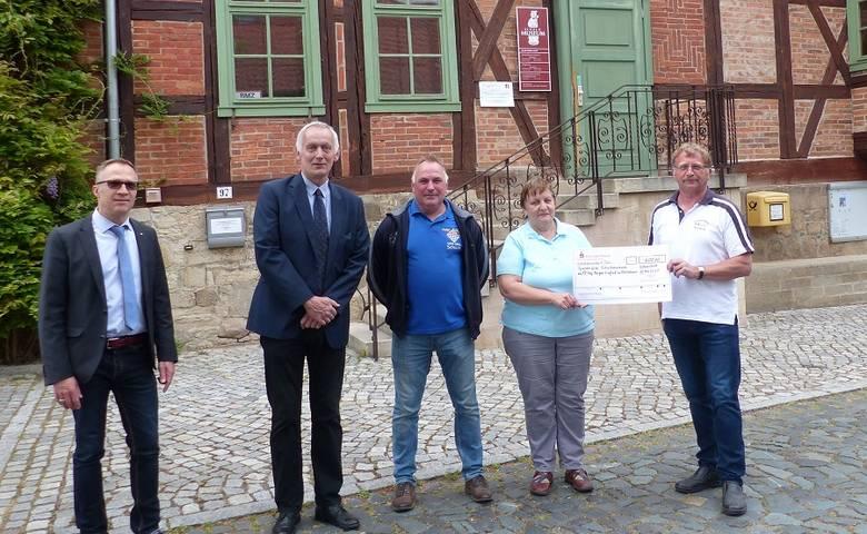 Huy-Burgen-Lauf-Verein übergibt 600-Euro-Scheck für Schachmuseum [(c) Stadt Halberstadt/Pressestelle/Ute Huch]