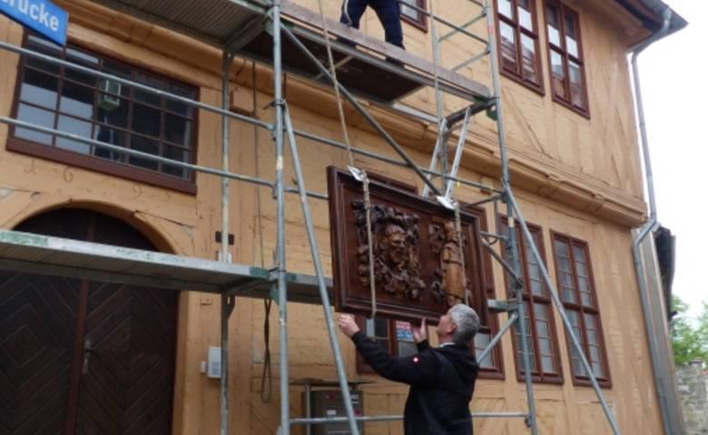 """Am 26. Mai wurden die Sanierungsarbeiten an dem Gebäude """"Hühnerbrücke 4"""" in Hal-berstadt durch Anbringung der historisch wertvollen Relieftafel beendet. [(c) Stadt Halberstadt/Pressestelle/Bonny Hupe]"""