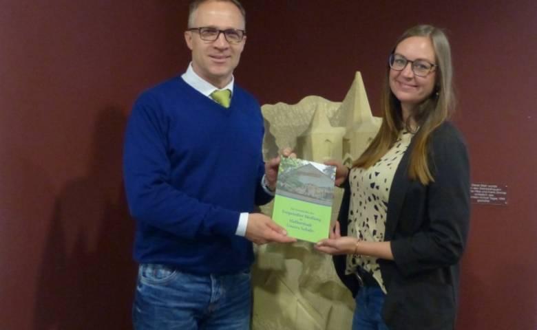 Oberbürgermeister Andreas Henke und Frau Carolin Timplan bei der Übergabe des Buches. [(c) Nadine Röhrdanz/Pressestelle/Stadt Halberstadt]