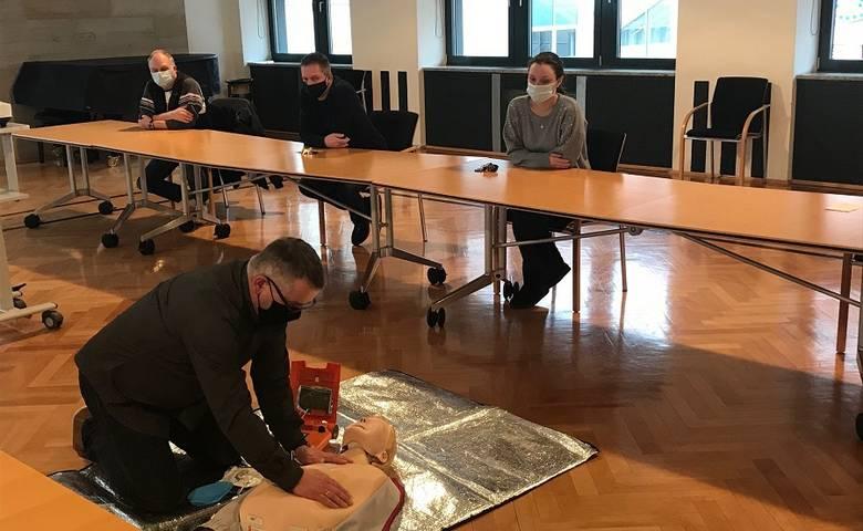 Stadtverwaltung stellt zwei Defibrillatoren bereit und schult Mitarbeiter [(c) Stadt Halberstadt/Pressestelle]
