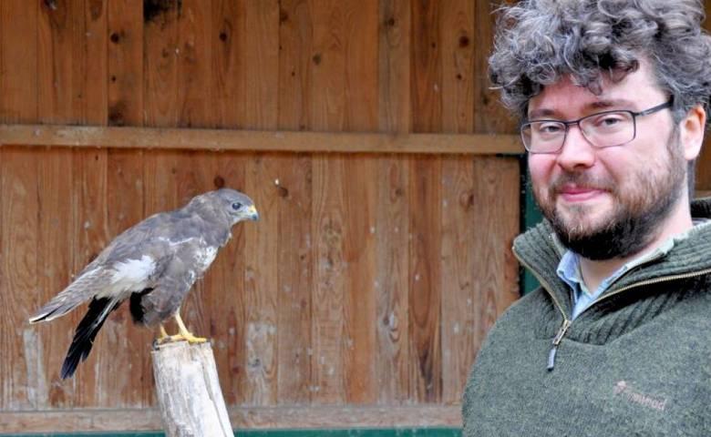 David Neubert, Chef des Tiergartens Halberstadt, freut sich über die Erweiterung des Greifvogelhospitals. [(c) Jörg Endries, Halberstädter Volksstimme]