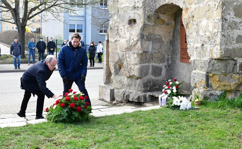 Stadtratspräsident Dr. Volker Bürger und Oberbürgermeister Daniel Szarata bei der Kranzniederlegung [(c) Stadtmarketing/Öffentlichkeitsarbeit]
