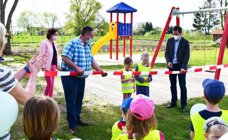 """Diese wichtige Aufgabe übernehmen die großen Kinder der KITA """"Spatzennest"""" selber und durchschneiden das Sperrband zum neuen Spielplatz in Aspenstedt. [(c) Stadt Halberstadt, Pressestelle]"""