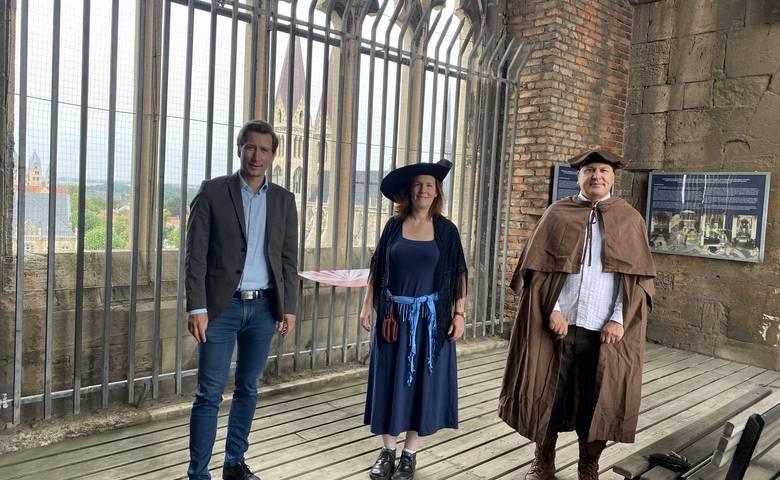 Türmerin Bianca Groß (mitte) und Türmer Jens Pforte(rechts) begrüßen künftig die Gäste aus nah und fern. Oberbürgermeister Daniel Szarata (links) zeigt sich erfreut über das Engagement der Halberstädter. [(c) Stadtmarketing/Öffentlichkeitsarbeit]