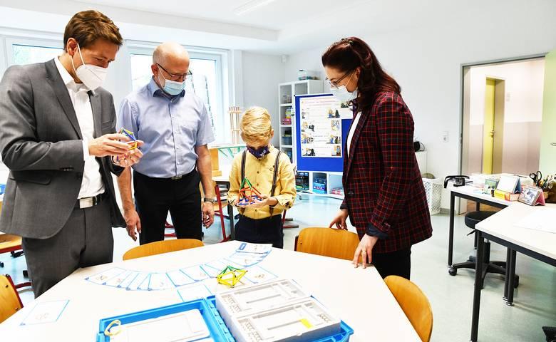 """Oberbürgermeister Daniel Szarata informiert sich in der Goethe-Schule über die Auszeichnung als """"MINT-freundliche Schule"""" [(c) Stadt Halberstadt, Pressestelle]"""