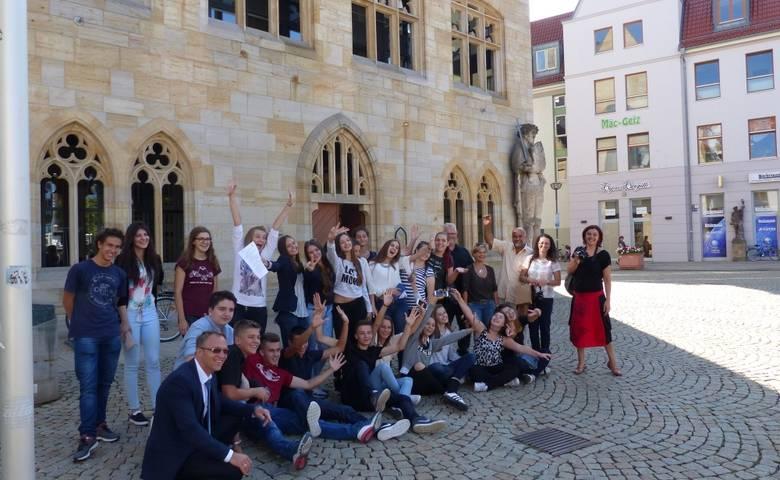 Bosnische Schüler vor dem Rathaus mit OB Henke