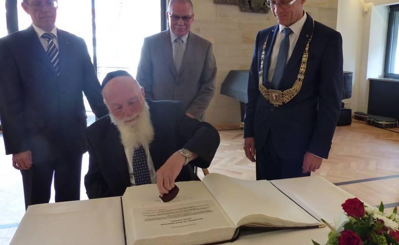 Ehrenbürger Jzchak Auerbach trägt sich in das Goldene Buch der Stadt ein