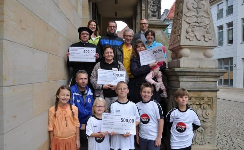 Vier Vereine freuen sich über jeweils 500 Euro aus dem Erlös des diesjährigen Bürgerbrunches. Oberbürgermeister Andreas Henke (oben rechts) überreichte die Spendenschecks im Rathaus. [(c) Dr. Maria Lang]