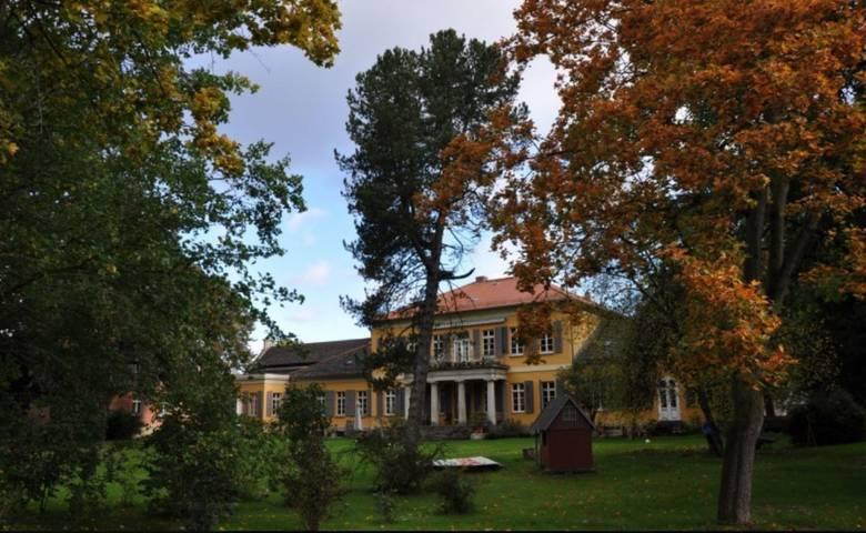 Am sanierten Gutshaus ist ein Teil des Parks bereits aufwendig restauriert wurden. [(c) Gutshof Mahndorf]