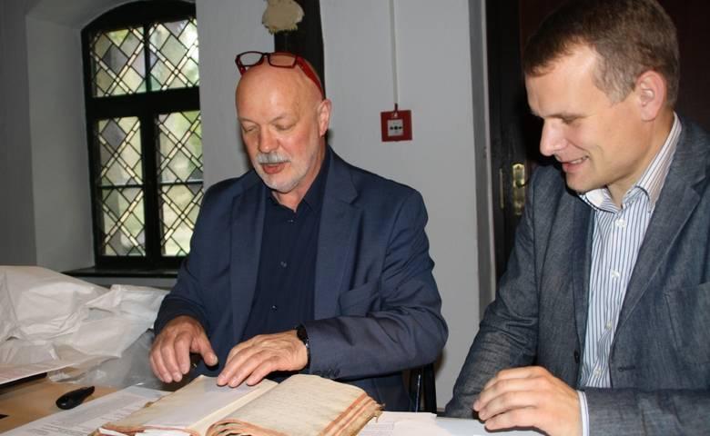 Museumsdirektor Armin Schulze (links) und Pfarrer Arnulf Kaus mit einer 500 Jahre alten Familienchronik, die das Museum geschenkt bekam. Über die Chronik wird Pfarrer Torsten Göhler zur Finissage der Ausstellung berichten [(c) Stadtverwaltung Halberstadt]