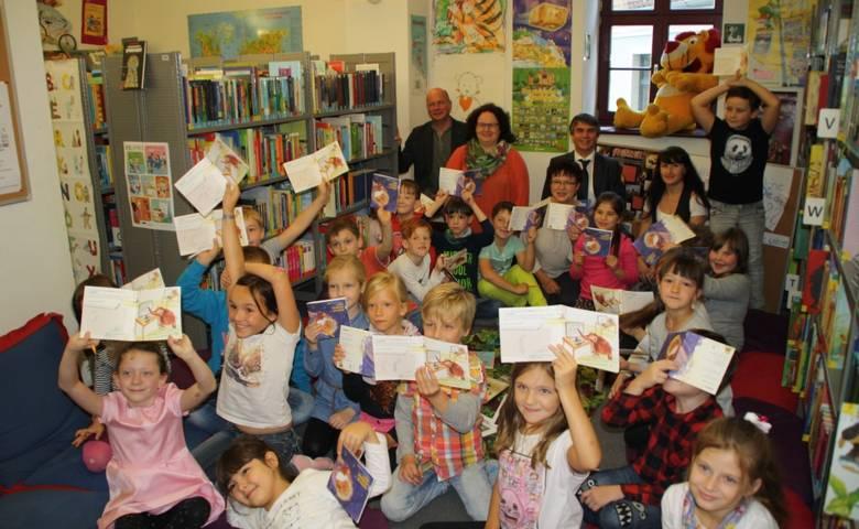 """Schüler der Grundschule """"Goethe"""" feiern ihren Bibliotheksführerschein [(c) Stadtverwaltung Halberstadt]"""