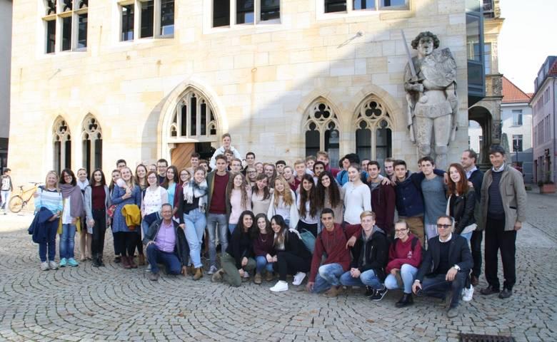 Schüler aus Israel und Sankt Augustin und Halberstadt vor dem Rathaus [(c) Stadtverwaltung Halberstadt]