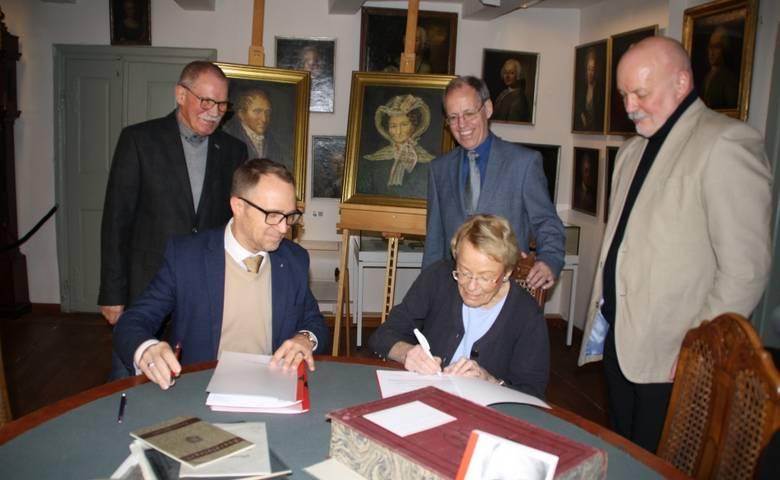 Wibke Bruhns unterschreibt den Schenkungsvertrag [(c) Stadtverwaltung Halberstadt]
