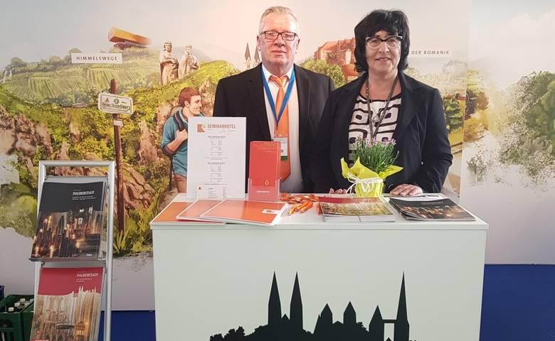 Christiane Strohschneider, Leiterin der Halberstadt Information, und Tilo Faßhauer vom  K6-Seminarhotel, am gemeinsamen Messestand auf der RDA in Friedrichshafen. [(c) Privat]