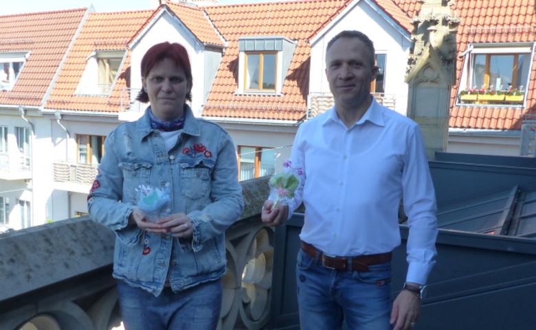 Oberbürgermeister Andreas Henke und Frau Anja Schuchmann bei der Übergabe der kleinen Präsente. [(c) Nadine Röhrdanz/Pressestelle/Stadt Halberstadt]