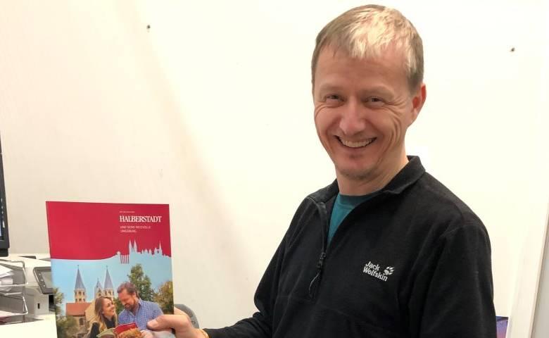 Media Markt Geschäftsführer Alexander Apitzsch packt selbst mit an und verschickt Informationen zu Halberstadt deutschlandweit [(c) Media Markt Halberstadt]