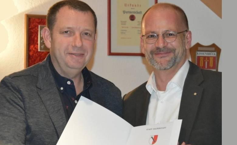 Stadtjustiziar Timo Günther (rechts) überreicht Mike Wegener die Ernennungsurkunde zum Ortsbürgermeister Sargstedts [(c) Volksstimme, S. Scholz]